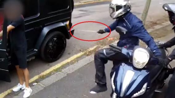 Gwiazdy futbolu zaatakowane w biały dzień na ulicy. Piłkarz odstraszył bandytów w wyjątkowy sposób [WIDEO]