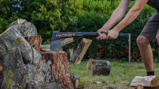 Kontuzja rąbanie drewna