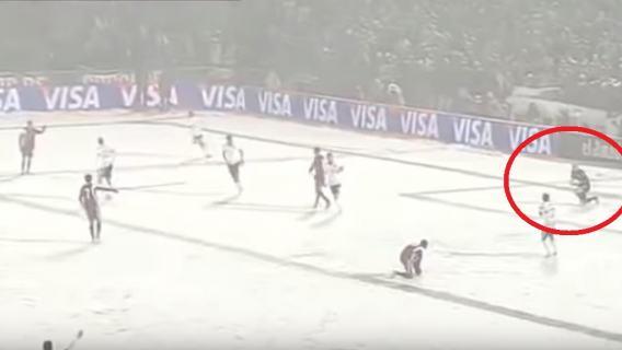 Nagły atak zimy nie przeszkodził piłkarzom. Bramkarz wcielił się w Adama Małysza (FOTO)