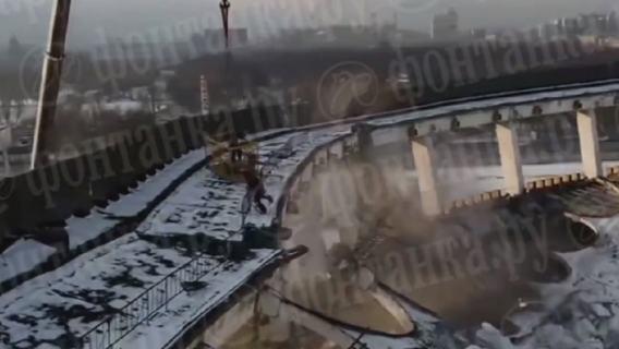 Zawalił się jeden z największych stadionów w Rosji. Dron z kamerą nagrał moment katastrofy (WIDEO)