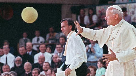 Rocznica śmierci Jana Pawła II. Kibice przerwali mecz, poruszające sceny, które musi zobaczyć każdy (WIDEO)