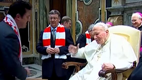 Jan Paweł II kochał sport. Do sieci wyciekło niepublikowane zdjęcie papieża grającego w piłkę (FOTO)