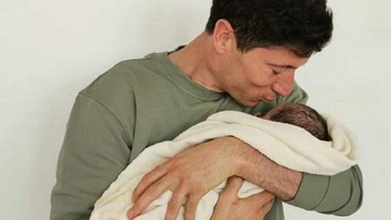 Córeczka kibicuje Robertowi Lewandowskiemu. Rozczulające zdjęcie nowo narodzonej dziewczynki (FOTO)