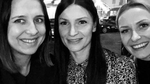 Mało kto wie, jak wygląda siostra Roberta Lewandowskiego. Jest piękną kobietą, ale stroni od świata gwiazd (FOTO)