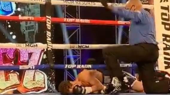 Potworny nokaut na gali boksu. Nieprzytomny zawodnik aż wypadł za liny (WIDEO)