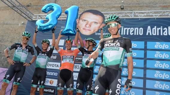 Rafał Majka na podium. Z kolei Katarzyna Niewiadoma ma duże szanse na wygranie Giro d'Italia
