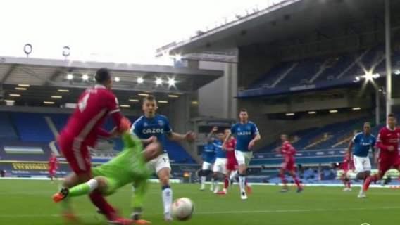 Faul Everton Liverpool