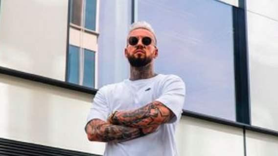 Patogwiazdor Fame MMA zaszalał. Wytatuował sobie twarz przeciwnika w intymnym miejscu (FOTO)