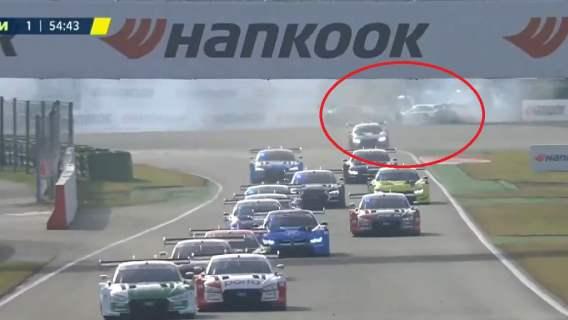 Robert Kubica miał wypadek. Brał udział w kraksie już po pierwszym okrążeniu (WIDEO)