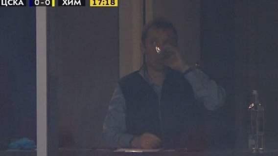 Trener pił wódkę podczas meczu? Wszystko nagrały kamery, absolutne kuriozum (FOTO)