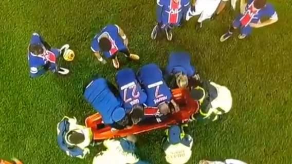 Koszmarny faul na Neymarze. Brazylijczyk opuścił boisko na noszach, pojawiły się łzy (WIDEO)